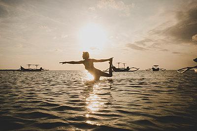 Yoga im Meer - p1345m2055600 von Alexandra Kern