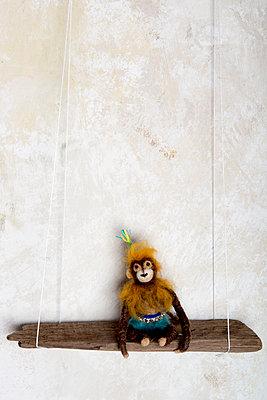 Gefilztes Äffchen auf Holzschaukel - p451m1564531 von Anja Weber-Decker
