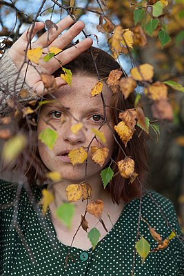 Woman with red hair in the woods in autumn  - p896m1490462 by Rutger van der Bent