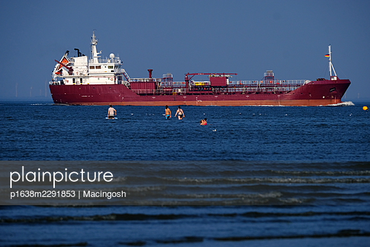 Tourists and container ship in the background - p1638m2291853 by Macingosh