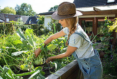 Woman working in her garden - p1678m2258846 by vey Fotoproduction