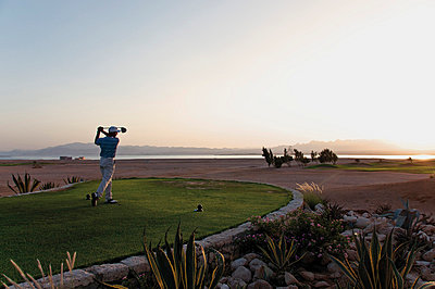Man playing golf on golf course - p300m659970f by Gerald Nowak
