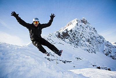 Man jumping - p3227369 by Simo Vunneli