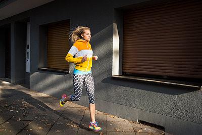 Sportswoman - p608m1058290 by Jens Nieth