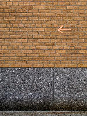 Arrow on a New York City - p4902790 by Jan Mammey