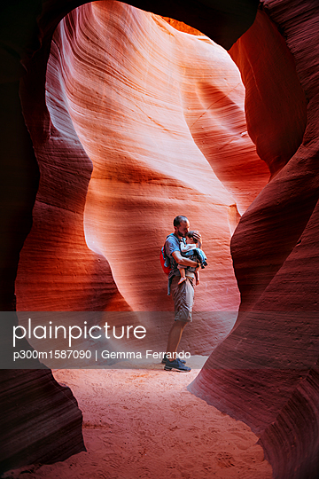 USA, Arizona, Father with baby on a baby carrier visiting Antelope Canyon - p300m1587090 von Gemma Ferrando