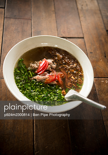 Laos, Vang Vieng, Traditional soup on table in restaurant - p924m2300814 by Ben Pipe Photography