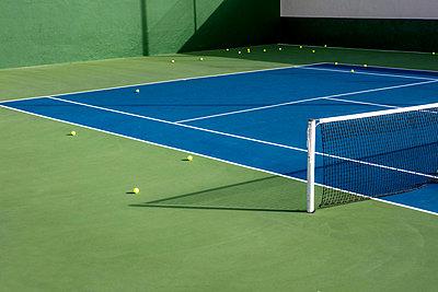 Tennis balls on tennis courd - p1082m1538989 by Daniel Allan