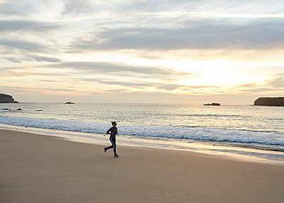 Joggen am Strand - p1124m1112573 von Willing-Holtz