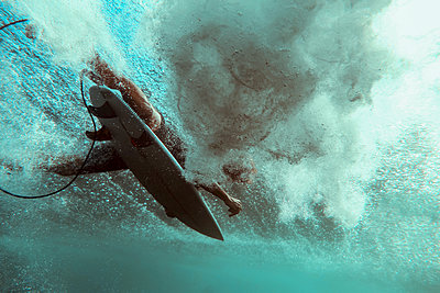 surfer on surfboard, underwater shot - p1166m2157298 by Cavan Images