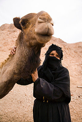 Bedouin woman and camel - p4692651 by Felix Oppenheim