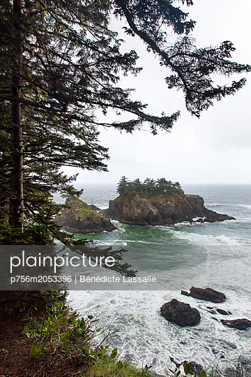Surf and waves on a rocky coast, Oregon, USA - p756m2053396 by Bénédicte Lassalle