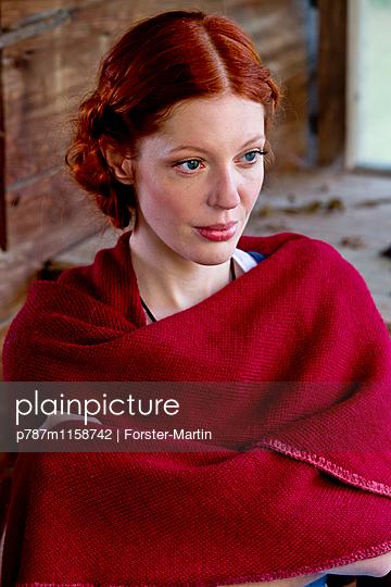 Frau in einer Holzhütte - p787m1158742 von Forster-Martin
