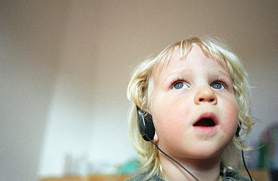 Child listening - p0041697 by Normal