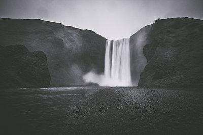 Skogafoss Waterfall in Iceland - p1512m2037942 von Katrin Frohns