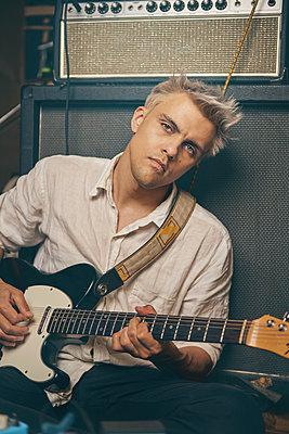 Gitarrist im Studio - p1613m2219926 von pohlit