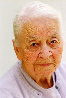 Elderly woman portrait - p2270058 by Uwe Nölke