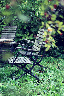 Empty lawn chairs - p879m1526132 by nico