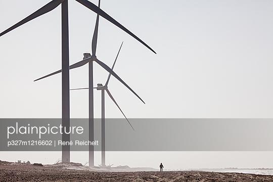 Windräder und Person am Strand - p327m1216602 von René Reichelt