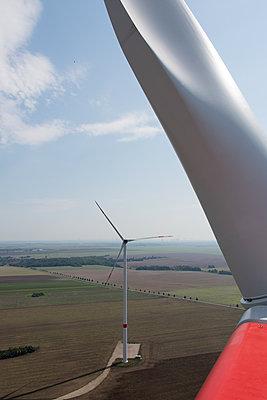 Blick vom Dach einer Windkraftanlage - p1079m1184954 von Ulrich Mertens