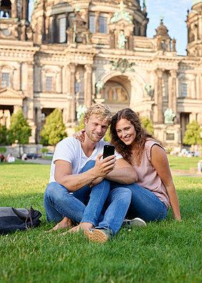 Junges Paar am Berliner Dom - p1124m1463326 von Willing-Holtz