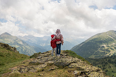Andorra, Ordino, young girl and her brother, arm around, standing on viewpoint in the mountain - p300m2063029 von Xose Casal