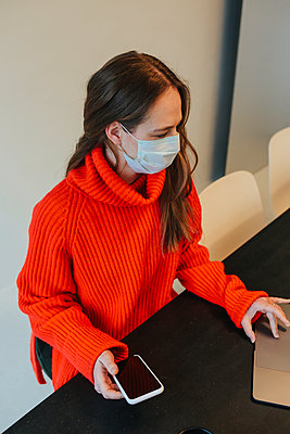 Woman wearing protective mask - p312m2190296 by Anna Roström