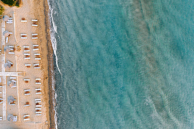 Beach with beach chairs on the waterfront, Zakynthos - p713m2289239 by Florian Kresse