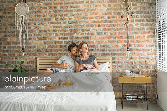 Paar frühstückt im Bett - p1156m2015746 von miep