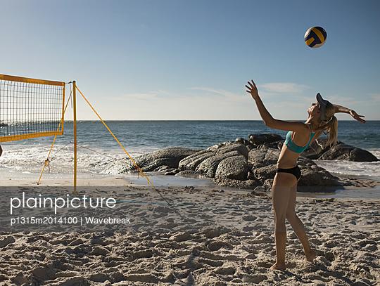 plainpicture - plainpicture p1315m2014100 - Female volleyball player pl... - plainpicture/Wavebreak