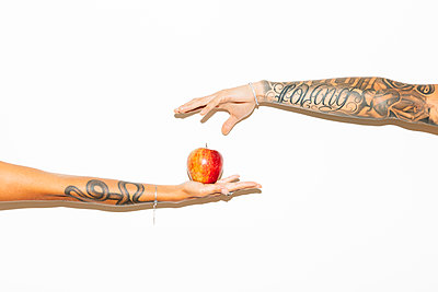 Woman's hand offering an apple to a man - p300m2081246 by Michela Ravasio