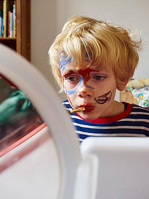 Kleiner Junge schminkt sich - p358m1217513 von Frank Muckenheim