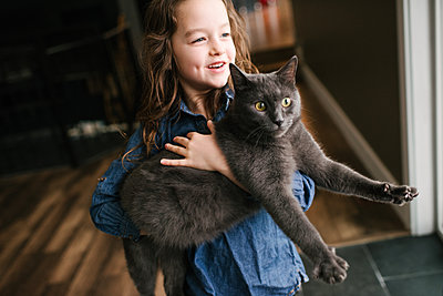 Little girl playing with cat at home - p924m2074166 by Viara Mileva