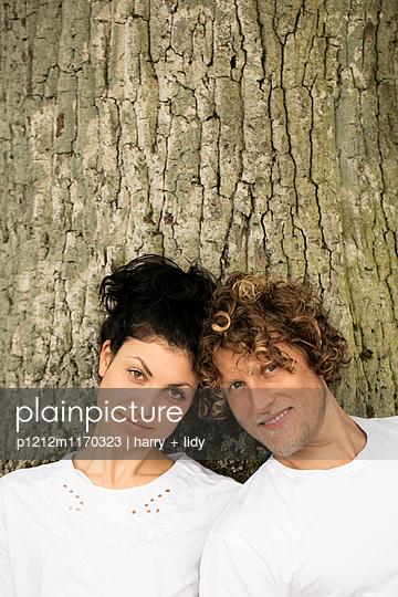 Junges Paar unter dem Baum - Close Up - p1212m1170323 von harry + lidy