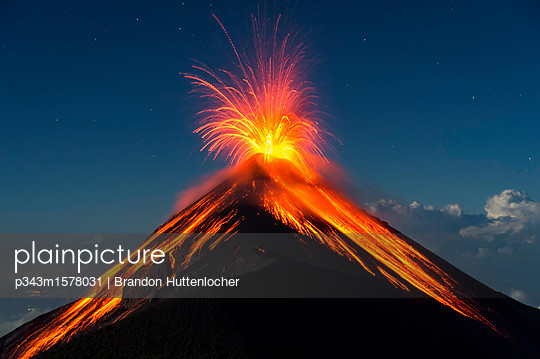 Fuego Volcano erupting at night, Guatemala - p343m1578031 by Brandon Huttenlocher