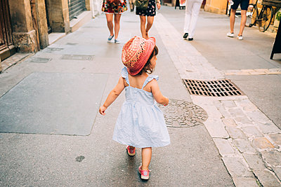 France, Aix-en-Provence, toddler girl walking down the streets of the city center - p300m2012544 von Gemma Ferrando