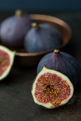 Sliced and whole fresh figs - p300m2029678 by JLPfeifer