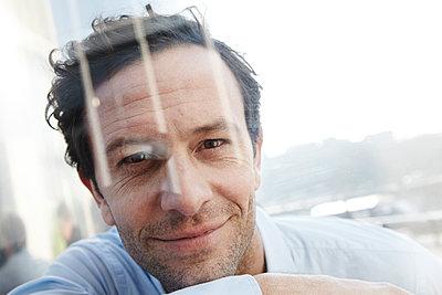 Portrait of smiling man - p300m2213743 by Jo Kirchherr