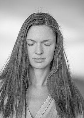 Young woman with long hair, portrait - p552m2278515 by Leander Hopf