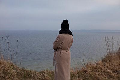 Frau mit schwarzer Mütze Rückansicht - p906m1362798 von Wassily Zittel