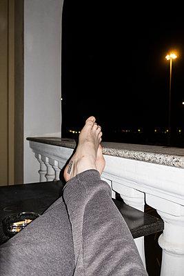 Person legt Füße hoch - p930m1222015 von Ignatio Bravo