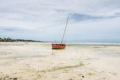 Segelboot auf dem Strand - p930m1541610 von Ignatio Bravo