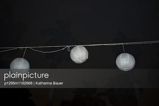 Lampen bei Nacht - p1295m1162968 von Katharina Bauer