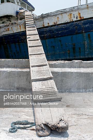Alter Holzsteg - p451m2037568 von Anja Weber-Decker