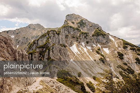 Germany, Bavaria, Hiking trail to the Kramerspitz - p834m2259052 by Jakob Börner