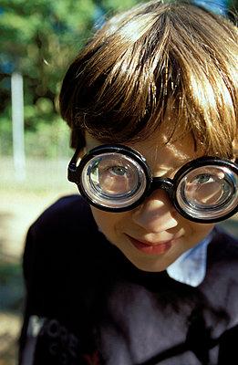 Kind mit Faschingsbrille - p1790063 von Roland Schneider