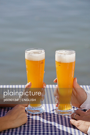 Close-up of young couple drinking beer in Seehaus - p6090134f by ENGLISH photography