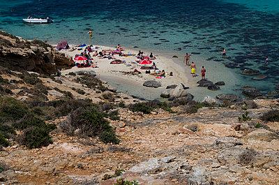 Menschen auf einsamer Insel - p195m1526392 von Sandra Pieroni