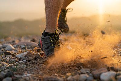 Close-up of feet of a trail runner - p300m2058575 von VITTA GALLERY