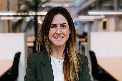 Businesswoman at office - p300m2277737 by Xavier Lorenzo